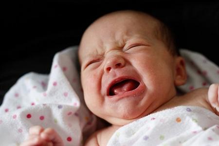 چرا نوزاد در خواب گریه می کند