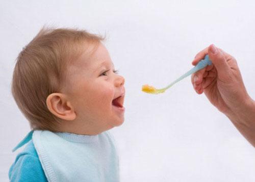 نکاتی مهم در مورد غذای کمکی نوزاد