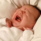 علت گریه نوزاد، باید بغلش کنم؟