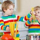 تربیت اصولی کودک، فرصت آشپزی بدهید
