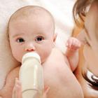 مضرات شیر دادن به نوزاد با شیشه شیر