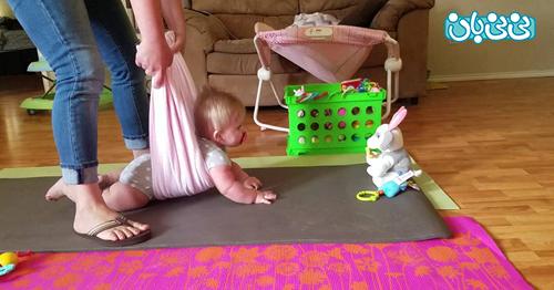 روش کمک به چهاردست وپا رفتن نوزاد