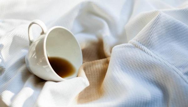 ۷ روش کاربردی برای تمیز کردن لباس با لکه نوشیدنی